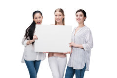Meninas de sorriso que mantêm a bandeira vazia isolada no branco Imagens de Stock Royalty Free