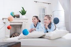 Meninas de sorriso que olham modelos dos planetas Foto de Stock Royalty Free