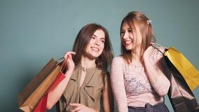 Meninas de sorriso que têm a discussão vídeos de arquivo