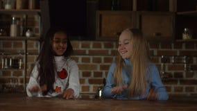 Meninas de sorriso que têm o divertimento na cozinha video estoque