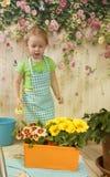 Meninas de três anos de cuidado para flores, fotos de stock royalty free
