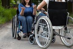 Meninas deficientes durante a conversação fotos de stock royalty free