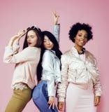 Meninas diferentes da nação com o diversuty na pele, cabelo Asiático, escandinavo, levantamento emocional alegre afro-americano s Foto de Stock Royalty Free