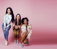 Meninas diferentes da nação com o diversuty na pele, cabelo Asiático, escandinavo, levantamento emocional alegre afro-americano s Imagem de Stock Royalty Free