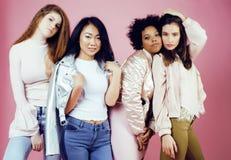 Meninas diferentes da nação com o diversuty na pele, cabelo Asiático, escandinavo, levantamento emocional alegre afro-americano s Imagens de Stock