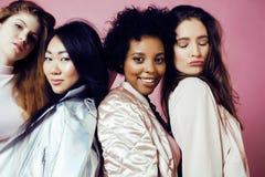 Meninas diferentes da nação com o diversuty na pele, cabelo Asiático, escandinavo, levantamento emocional alegre afro-americano s Fotos de Stock Royalty Free