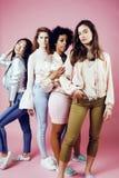 Meninas diferentes da nação com o diversuty na pele, cabelo Asiático, escandinavo, levantamento emocional alegre afro-americano s Fotografia de Stock