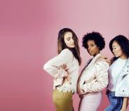 Meninas diferentes da nação com o diversuty na pele, cabelo Asiático, escandinavo, levantamento emocional alegre afro-americano s Foto de Stock