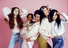 Meninas diferentes da nação com o diversuty na pele, cabelo Asiático, varredura Fotografia de Stock Royalty Free
