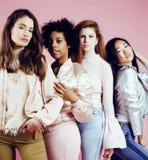 Meninas diferentes da nação com o diversuty na pele, cabelo Asiático, varredura Foto de Stock