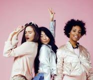 Meninas diferentes da nação com o diversuty na pele, cabelo escandinávia Fotos de Stock
