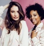 Meninas diferentes da nação com o diversuty na pele, cabelo escandinávia Foto de Stock Royalty Free