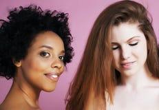 Meninas diferentes da nação com o diversuty na pele, cabelo escandinavo, levantamento emocional alegre afro-americano no rosa Fotos de Stock Royalty Free