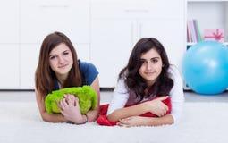 Meninas do amigo do adolescente em casa - Fotos de Stock