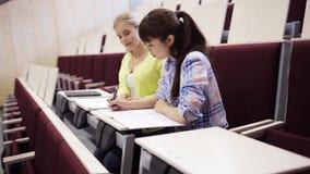 Meninas do estudante com os cadernos no salão de leitura vídeos de arquivo