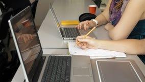 Meninas do estudante com seus computadores de portáteis Imagem de Stock