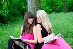 Meninas do estudante que lêem o livro Imagens de Stock Royalty Free