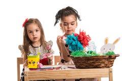 Meninas do jardim de infância que pintam decorações da Páscoa Fotos de Stock Royalty Free