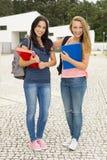 Meninas 2 do sénior de High School fotografia de stock