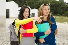 Meninas 2 do sénior de High School imagens de stock