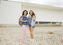 Meninas 2 do sénior de High School imagem de stock royalty free
