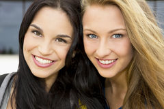 Meninas 2 do sénior de High School imagem de stock