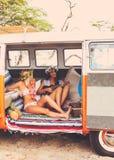 Meninas do surfista do estilo de vida da praia na ressaca Van do vintage Imagens de Stock Royalty Free