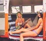 Meninas do surfista do estilo de vida da praia na ressaca Van do vintage Fotos de Stock