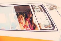 Meninas do surfista do estilo de vida da praia na ressaca Van do vintage Fotos de Stock Royalty Free