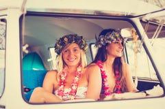 Meninas do surfista do estilo de vida da praia na ressaca Van do vintage Fotografia de Stock
