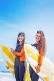 Meninas do surfista em Bali imagens de stock