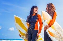 Meninas do surfista em Bali fotografia de stock