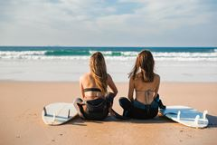 Meninas do surfista na praia Foto de Stock