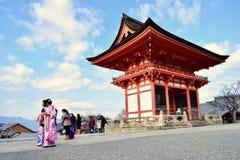 Meninas do turista no quimono tradicional que andam no templo Kyoto de Kiyomizu-dera, Japão fotos de stock royalty free