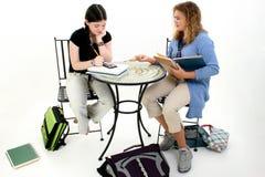 Meninas do Tween que fazem trabalhos de casa após a escola foto de stock