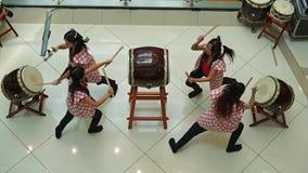 Meninas dos bateristas de Taiko vídeos de arquivo