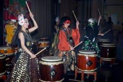 Meninas dos bateristas de Taiko imagem de stock royalty free