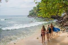 Meninas dos surfistas que estão na praia fotos de stock royalty free