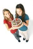 Meninas e bolo de chocolate Fotos de Stock Royalty Free