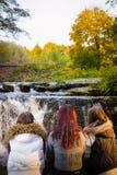 Meninas e córrego Imagem de Stock Royalty Free