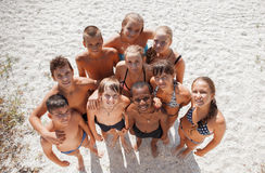 Meninas e indivíduos na areia em férias de verão Foto de Stock Royalty Free
