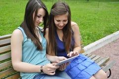 Meninas e PC da tabuleta Fotografia de Stock Royalty Free