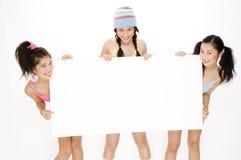 Meninas e sinal Imagens de Stock