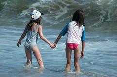 Meninas e uma onda Fotografia de Stock