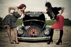 Meninas elegantes e problema do carro Foto de Stock Royalty Free