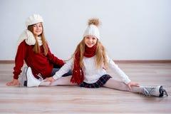 Meninas em patins de gelo fotografia de stock royalty free