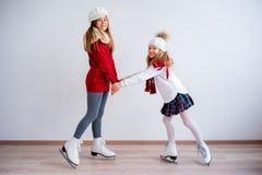 Meninas em patins de gelo imagem de stock