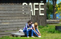 Meninas em uma estadia da ruptura Fotografia de Stock
