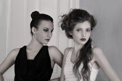 Meninas em vestidos preto e branco com surpresa Fotografia de Stock