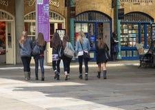 Meninas em zonas das docas de Londres Imagem de Stock Royalty Free